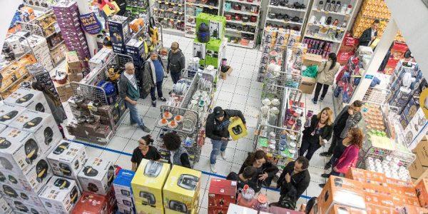 29nov2019---clientes-escolhem-produtos-que-vao-comprar-durante-a-black-friday-1575034819697_v2_900x506[1]